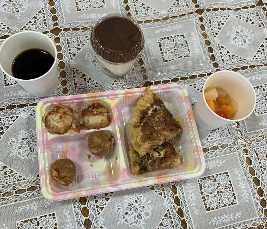 メニューは、たこ焼き・ミニ今川焼・お好み焼き・フルーツポンチ・ティラミス・コーヒー・コーラです。